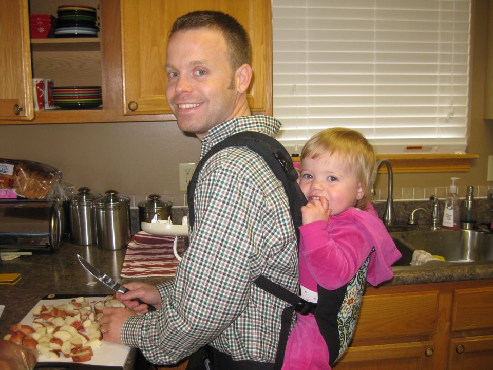 PAXbaby Beco Butterfly II daddy babyweaing cooking
